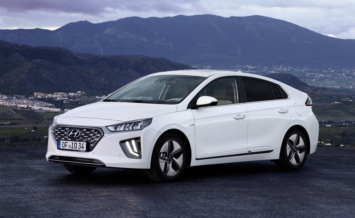 We review the 2019 Hyundai Ioniq - Looks