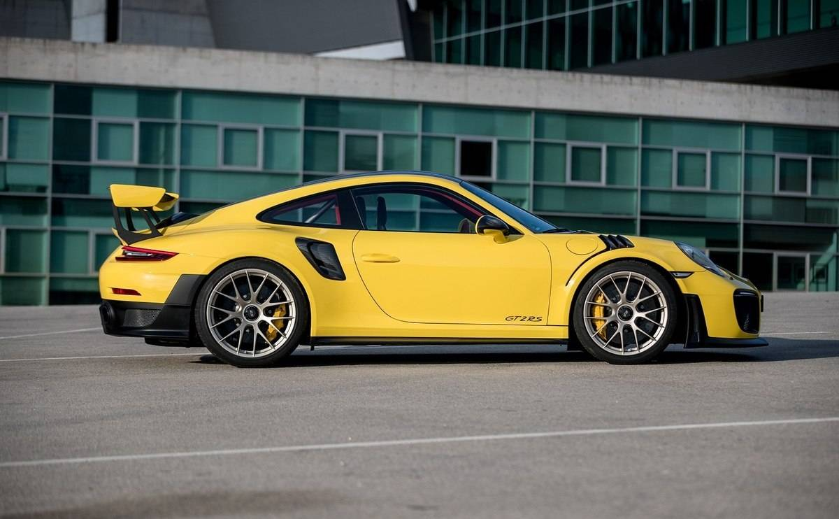We review the Porsche 911 GT2 RS - Looks